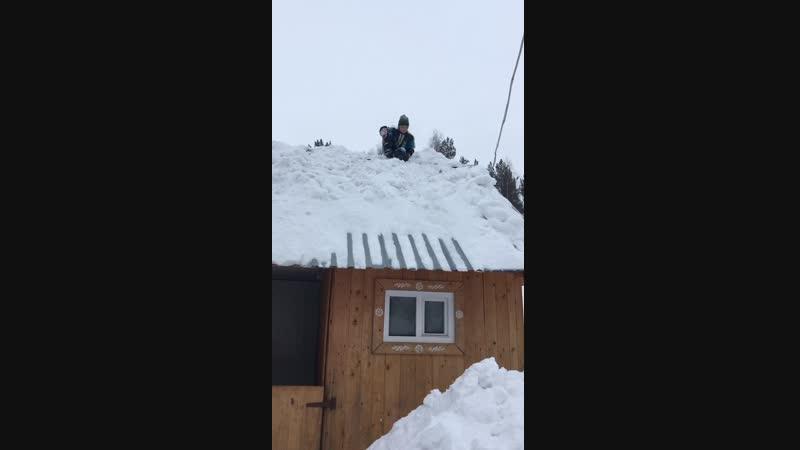 Чистим крышу от снега