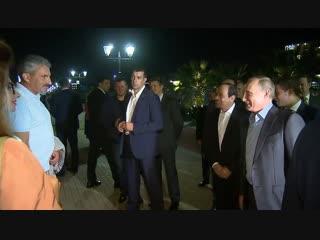 Президенты России и Египта вышли на сочинскую набережную
