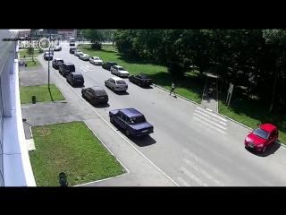 Автомобиль сбил ребенка на самокате