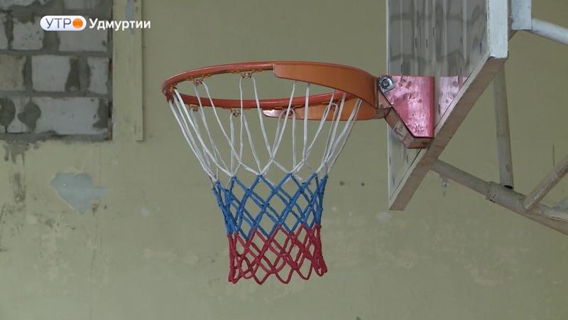 Ижевский тренер по баскетболу и его декоративные бутылки