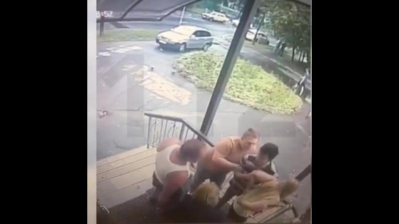 Мужчина ударил ножом девушку флиртовавшую с тремя мужчинами у клуба в Москве