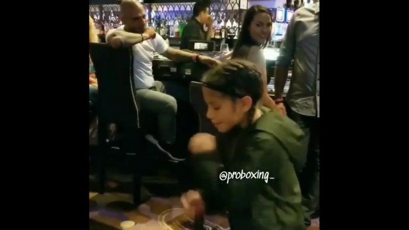 Талантливые дети в боксе. Маленькая девочка показывает Мигелю Котто свои навыки бокса.