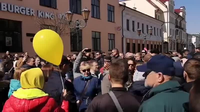Милиция пытается задержать Алеся Абляка в Бресте За него вступились люди 14 04 19