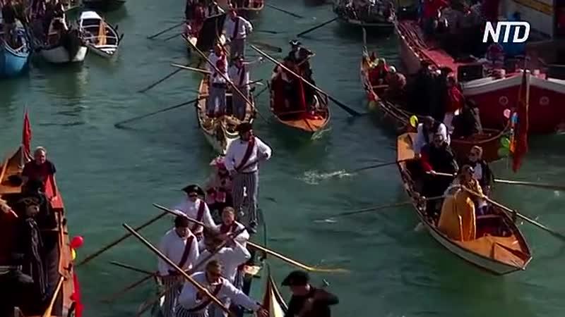 Венецианский карнавал принцессы и пираты на параде гондол
