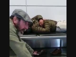 Кантона взял обувь у спящего в аэропорту