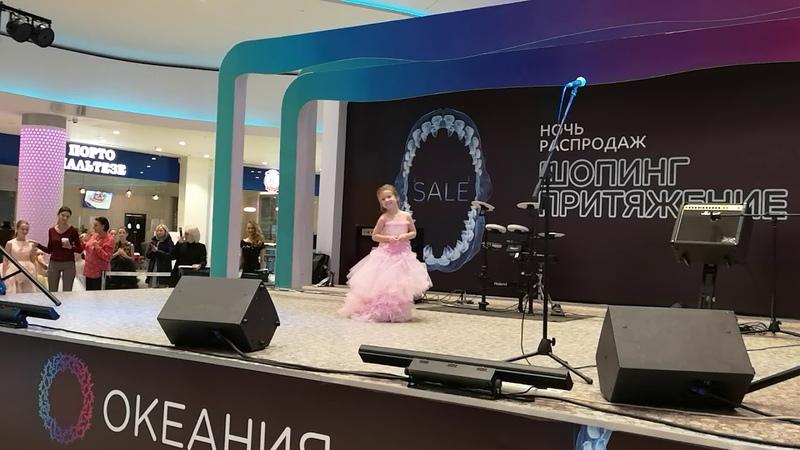 Лиза на показе новогодних платьев от детского модного бренда Стильняшка