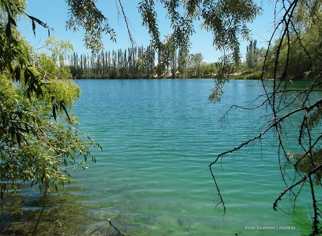 Гладь воды озеро около Иссык-Куля 2018