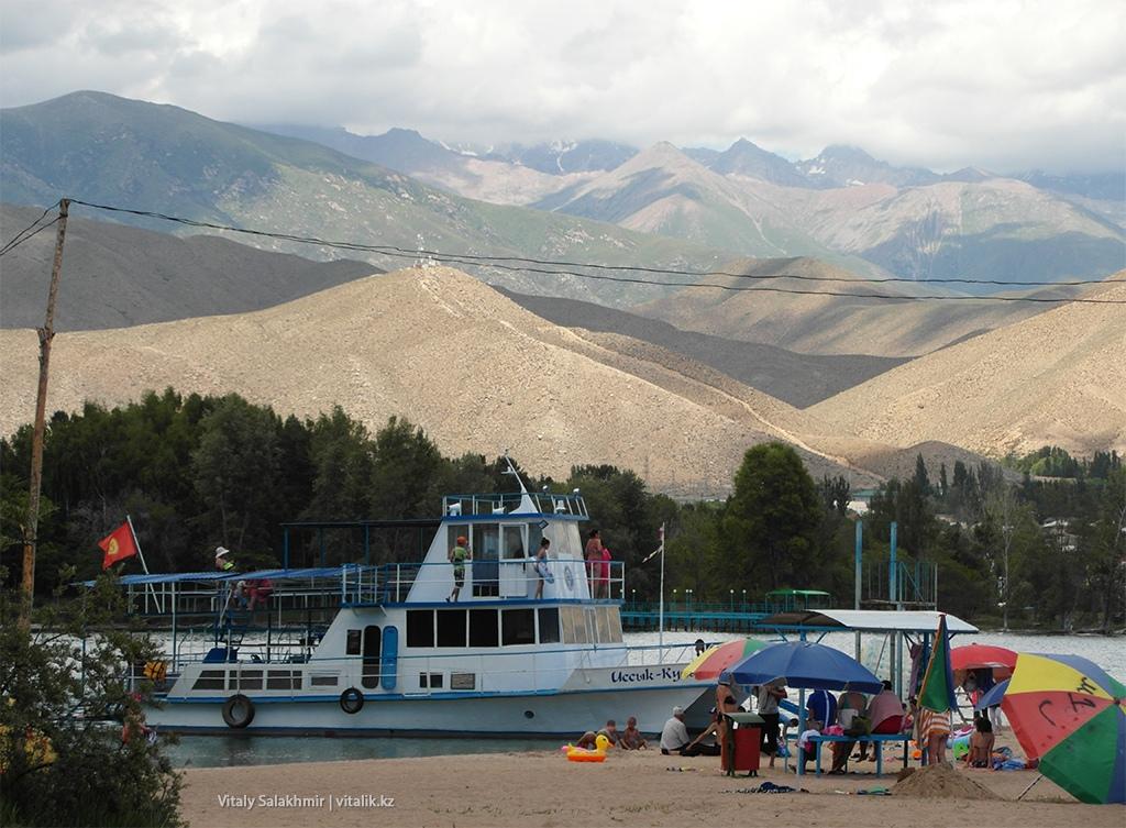 Корабль на Иссык-Куле, горы