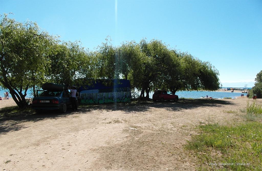 Машины возле пляжа, Иссык-Куль