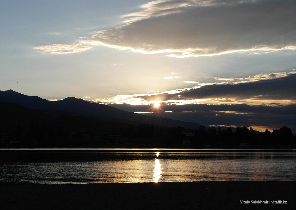 Утреннее солнце над Иссык-Кулем 2018