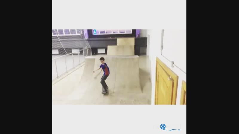 Первые попытки в скейтпарке