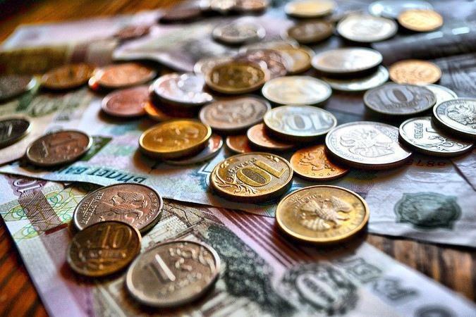 Зарплаты учителей и врачей предложили ежегодно повышать