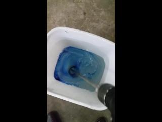 смешиваем смолу и коллеруем цвет стола реки