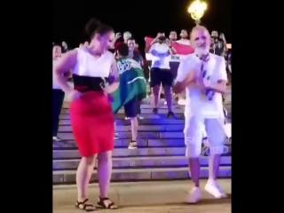 😊 🎵 Как классно танцует дедулька ... Молодец 👌👍👍👍