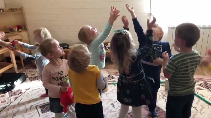 Лягушата на болоте музыкально-физкультурная игра - Терапевтическая музыка в Мамином садике (октябрь 2018)