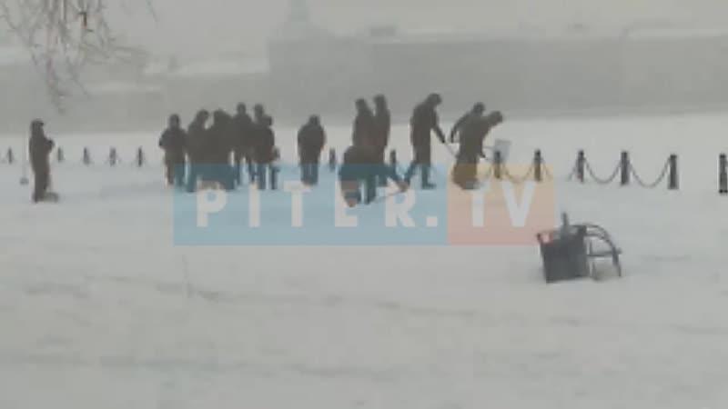 Коммунальщики не справляются: к уборке снега в Петербурге подключили солдат