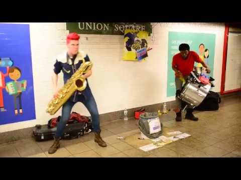 Уличный саксофонист ►Развлекает людей в переходе Street musician Уличный музыкант