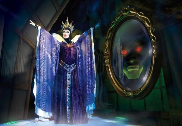 -так. яблоко готово, маскировка закончена. еще раз уточню адрес - и пойду. королева подошла к зеркалу и постучала по нему ногтем: -ну-ка, зеркальце, скажи еще раз - где живет эта самая, которая