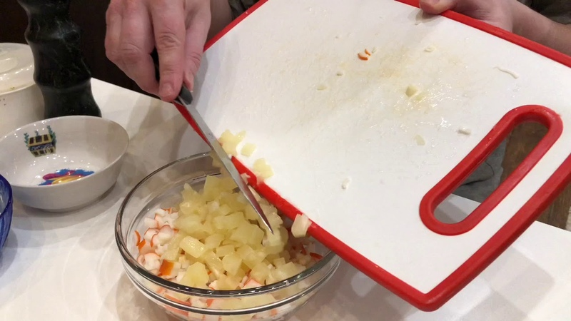 Салат с ананасом крабовыми палочками сыром и куриными яйцамт
