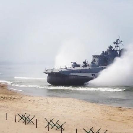 """❤️Baltiysk on Instagram: """"🇷🇺⚓️ Полигон Хмелевка: «ЗУБР» малый десантный корабль на воздушной подушке, предназначен для приёма с оборудованного или ..."""