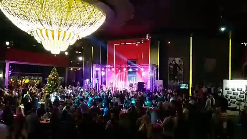 Новогодний корпоратив в Московском центре молодёжи. Народ танцует)