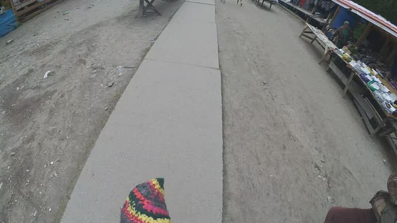 гуляю по рынку и пизжу коврик