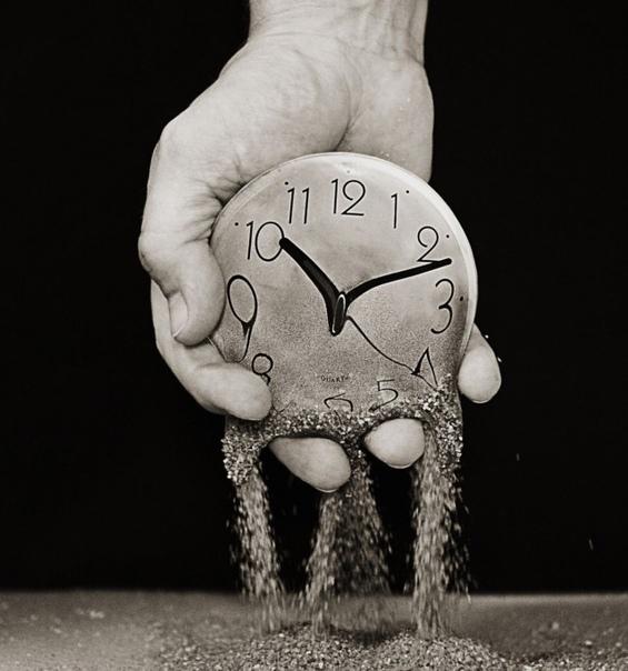 Самая большая наша ошибка в том, что мы думаем, что у нас ещё много времени. Много времени на всё: на жизнь, на друзей, на семью, на учебу, на любовь, на карьеру. А время, оно так быстро исчезает. Но мы тратим это время в пустую. Обижаемся по мелочам, зли