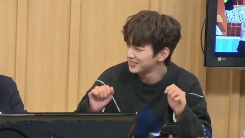 Ю СынХо показывает танец TWICE Shy Shy Shy. на радио SBS.