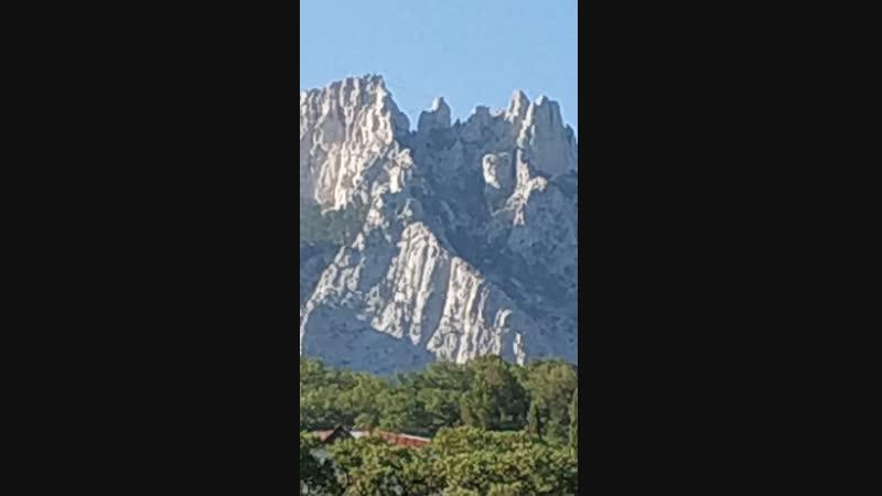 Вид на гору Ай- Петри из Воронцовского парка