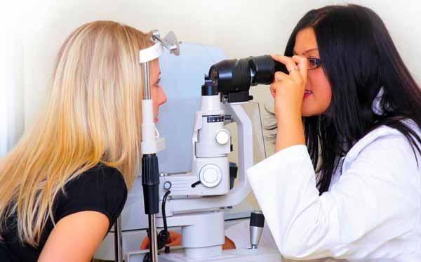 Глазное обследование оптометристом может помочь определить потребность в очках.