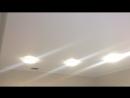 двухуровневый натяжной потолок с лэд подсветкой и карнизной нишей с перегибом