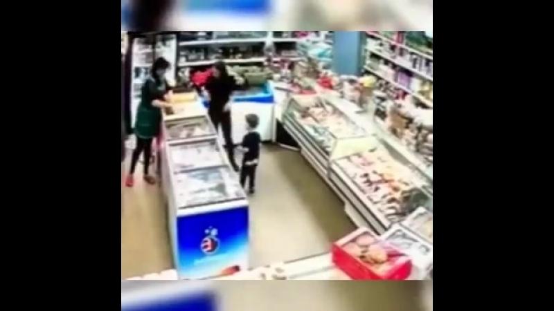 Обезумевшая яжмать разнесла магазин в подмосковном Жуковском после замечания продавщицы об оплате товара.