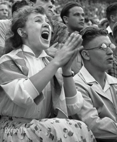 Киноактриса Надежда Румянцева на футбольном матче