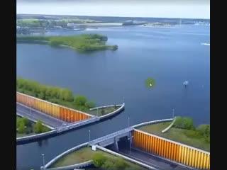 В Голландии построили водный мост, который ломает все законы физики.mp4