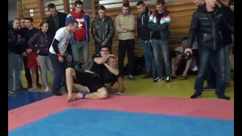 Двухметровый гигант (125 кг) придушил борцуху 92 кг
