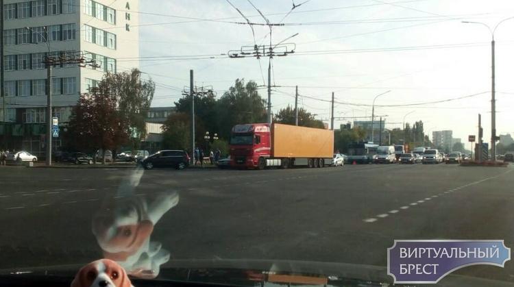 При повороте с Московской на Пионерскую фура прижала легковушку. Как произошло ДТП?