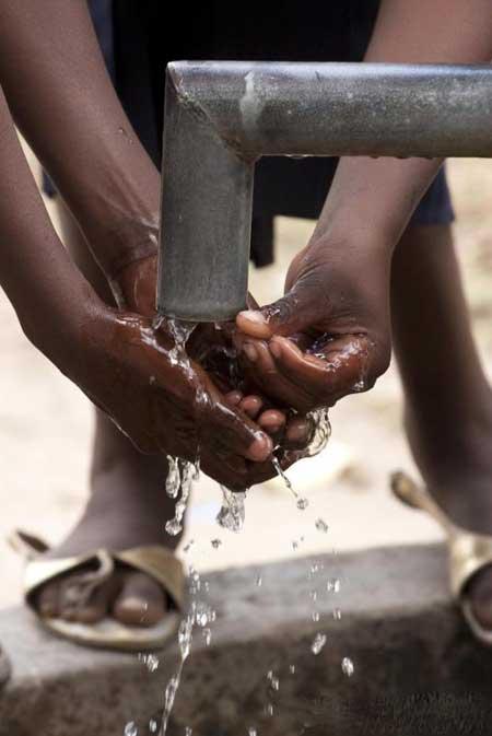 Острый гастроэнтерит может быть вызван загрязненной питьевой водой.