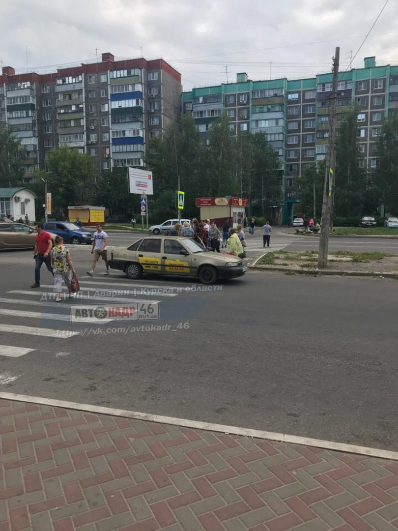 В Курске таксист на пешеходном переходе сбил девочку на велосипеде