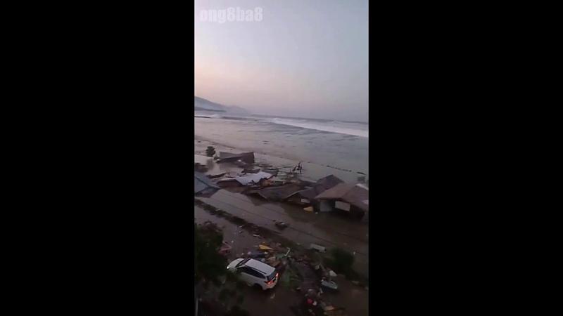 Indonesia 28092018 Khoảnh khắc sóng thần tấn công bờ biển Palu