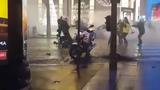 это не сцена из фильма Полицейская Академия. не Голубая устрица, но если копы не могут защитить даже себя. то кто они тогда. Франция 2019