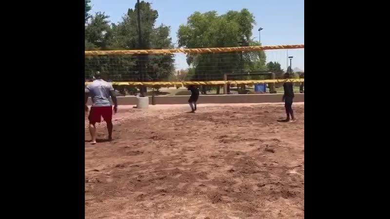 Парни играют в волейбол очень тяжелым мячом gfhyb buhf.n d djktq,jk jxtym nztksv vzxjv gfhyb buhf.n d djktq,jk jxtym nztksv vz
