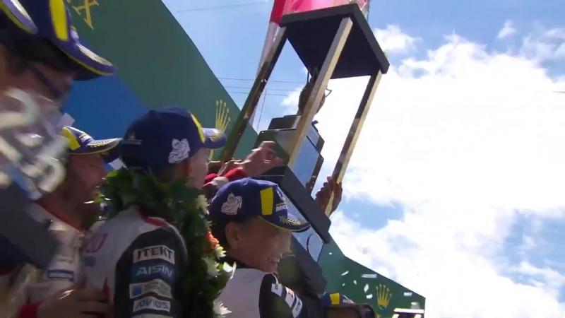 Фернандо Алонсо победители Ле-Ман 24 поднимают кубок над головой 24 часа Ле-Мана 2018