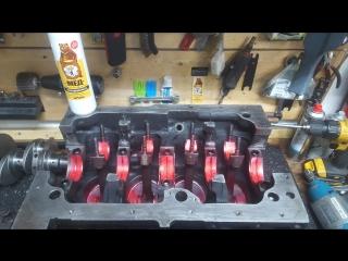 Красная прототипная аэрозольная смазка для ремонта и сборки двигателя.