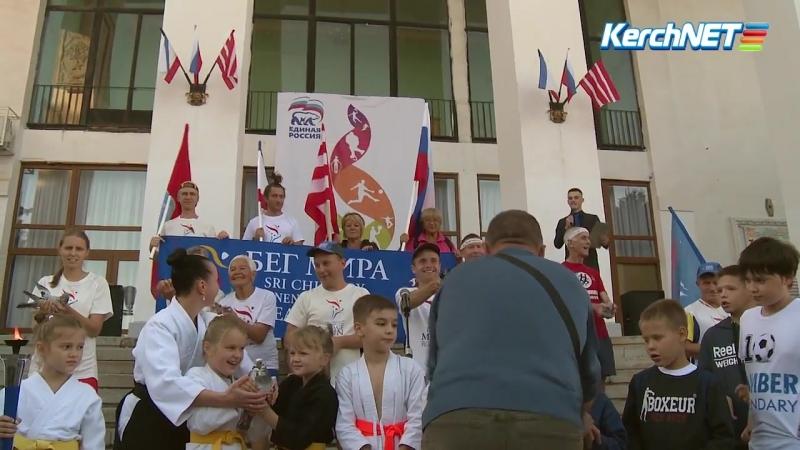 Участники эстафеты Бег мира пробежали от Севастополя до Керчи 412 километров