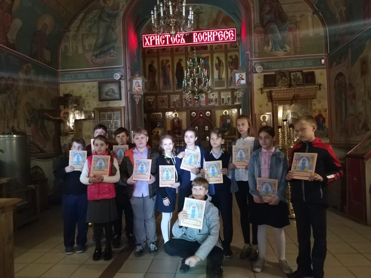 Школьники посетили храм святых бессребреников и чудотворцев Космы и Дамиана в Космодемьянском