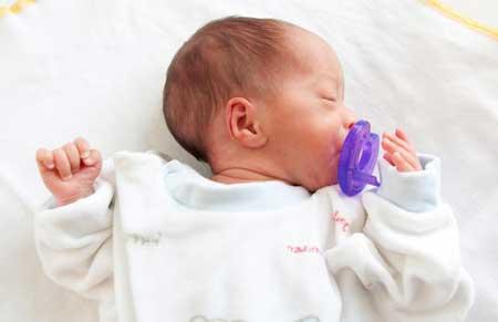 Родители должны добросовестно относиться к чистке пустышек, когда они падают изо рта ребенка.