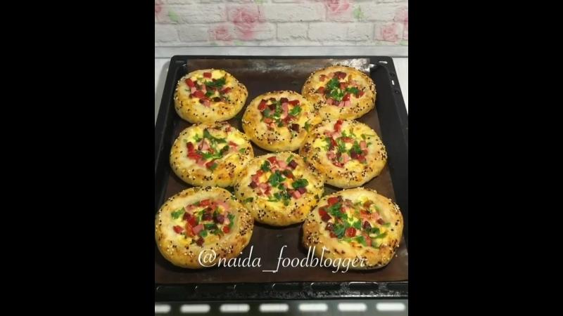Мини-пицца (ингредиенты указаны в описании видео)