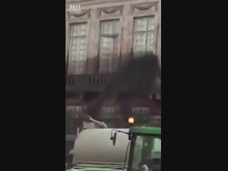 Протесты против цен на бензин продолжаются: французы полили фекалиями здание муниципалитета Парижа