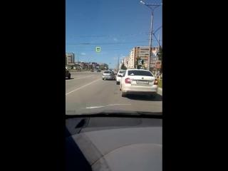 Сотрудники дпс подрезают водителей на перекрёстке.