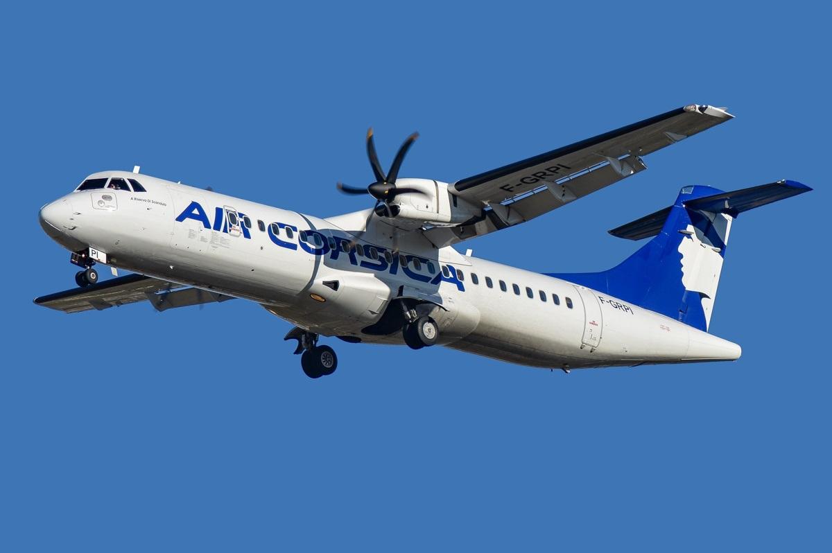 ATR-72 корсиканского авиаперевозчика в воздухе